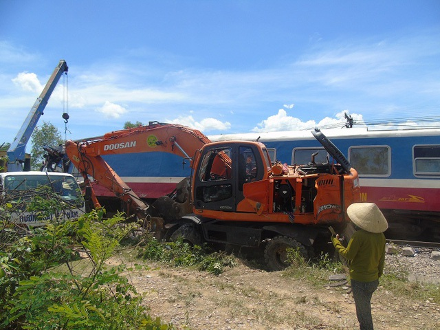 Tàu SE3 va chạm với một chiếc máy xúc công trình