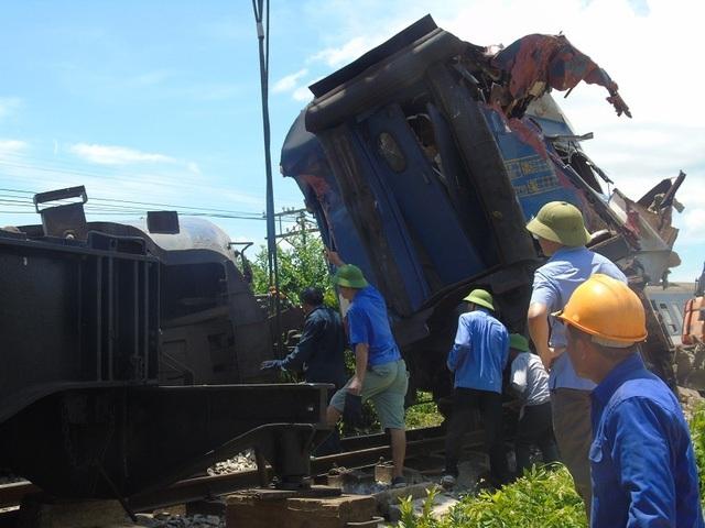 Vụ tai nạn khiến đầu tàu SE3 bị trật khỏi đường ray và lật ngang. Toa hàng ăn và toa hành khách số 1 cũng bị chệch đường ray và hư hỏng nặng