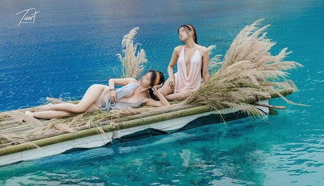 Hình ảnh hai tiên nữ ở Tuyệt tình cốc có thể làm dấy lên phong trào quay phim, chụp ảnh tại đây, rất nguy hiểm. (Trong ảnh, 2 cô gái nằm trên bè tự chế thả trôi giữa lòng hồ sâu tới 40 mét)