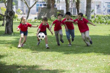 Hè là dịp phù hợp nhất để trẻ không còn phải vùi đầu vào sách vở, học những con số khô khan, mà là cơ hội tham gia các hoạt động vui chơi bổ ích