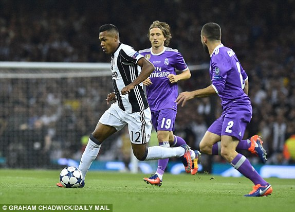 Hậu vệ Sandro trong vòng vây các cầu thủ Real Madrid