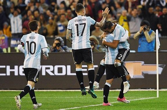 Mercado (2) ăn mừng bàn thắng duy nhất của trận đấu
