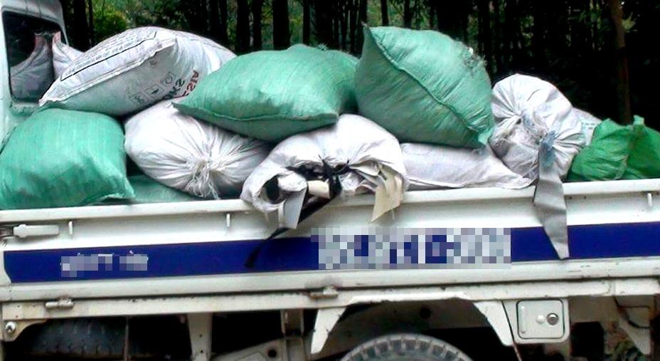 Chở chất thải từ Bình Phước lên Đồng Nai... đổ trộm - 1