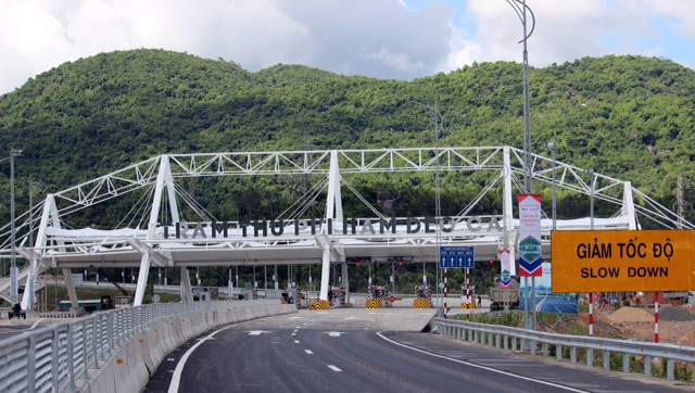 Trạm thu phí được đặt trước hầm đường bộ Đèo Cả, sau khi thông xe các phương tiện được đi miễn phí đến hết ngày 2/9.