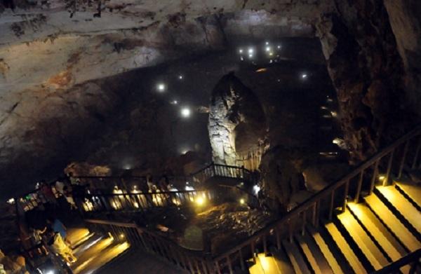 Ngay từ lúc bước vào, du khách đã có thể choáng ngợp bởi vẻ kì thú, bí hiểm của động Thiên Đường