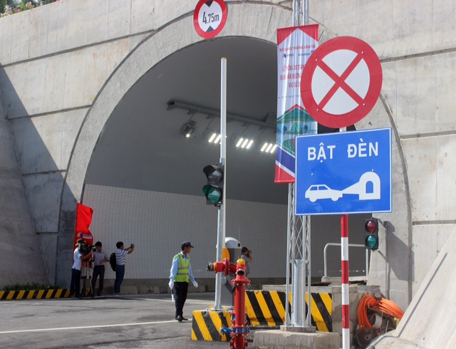 Hệ thống đèn báo hiệu giao thông trước cửa hầm