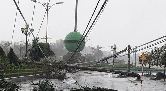 Nhiều trụ điện ở Phú Yên bị ngã đổ