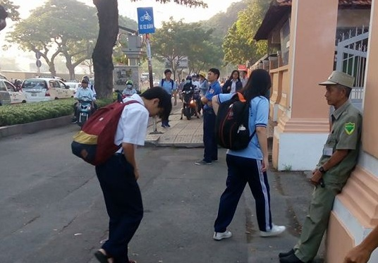 Học sinh bước vào trường đều cúi đầu lễ phép chào bác bảo vệ