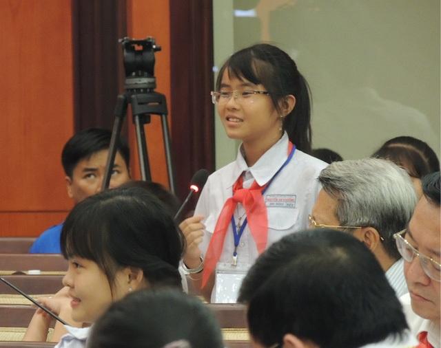 Em Phan Lê Ánh Dương, 11 tuổi, học lớp 6 Trường THCS Nguyễn An Khương, Hóc Môn tranh luận tại buổi gặp gỡ đầu năm với lãnh đạo TPHCM