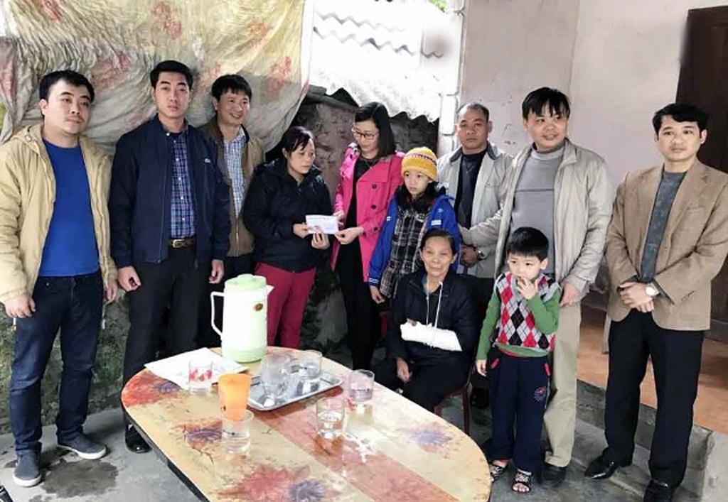 Đại diện nhóm Niềm tin trao 50 triệu đồng đến gia đình chị Loan.