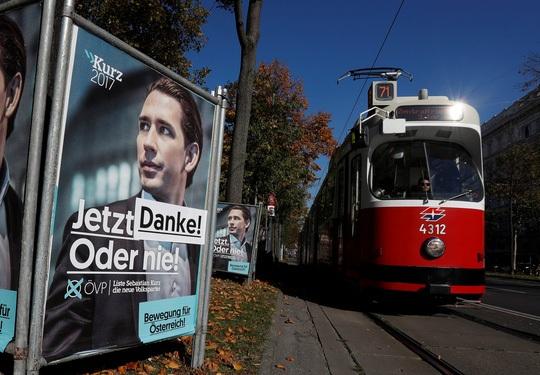 """Các poster chiến dịch tranh cử của ông Sebastian Kurz được dán thêm chữ """"Cảm ơn"""" tại Vienna hôm 16-10 Ảnh: REUTERS"""
