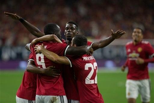 Các cầu thủ MU ăn mừng bàn thắng mở tỉ số vào lưới Man City