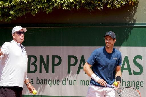 Andy Murray (phải) tươi cười trên sân tập với HLV Ivan Lendl