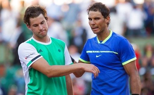 Thiem (trái) thất vọng khi để thua trận thứ năm trước Nadal