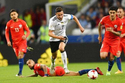 Tiền đạo Draxler (Đức, giữa) bứt phá trước các cầu thủ Chile