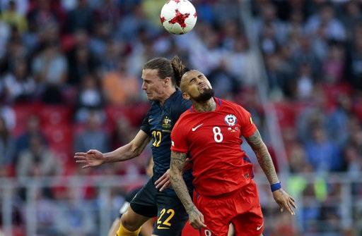 Arturo Vidal (phải, Chile) tranh bóng với Jackson Irvine (trái, Australia)