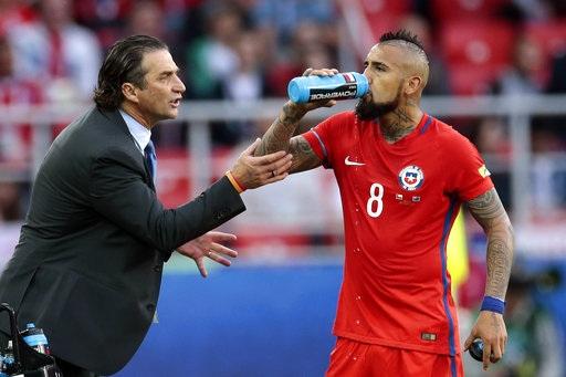 HLV Pizzi (trái, Chile) trao đổi với tiền vệ Vidal (phải) trong trận đấu gặp Australia