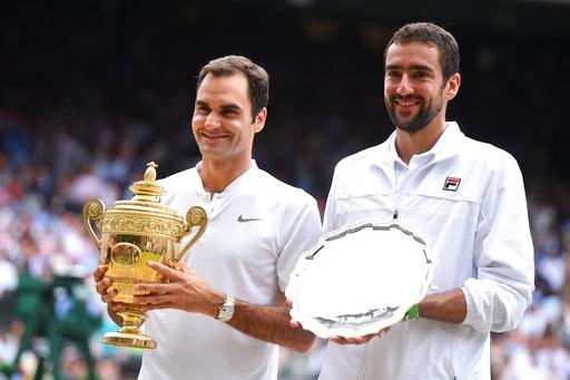 Federer và Cilic khoe thành tích trong thời khắc chụp hình lưu niệm