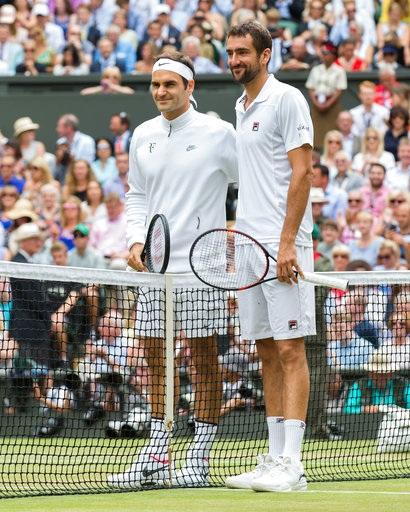 Roger Federer (trái) và Marin Cilic (phải) chụp hình trong trận đấu chung kết thứ 131 của Wimbledon
