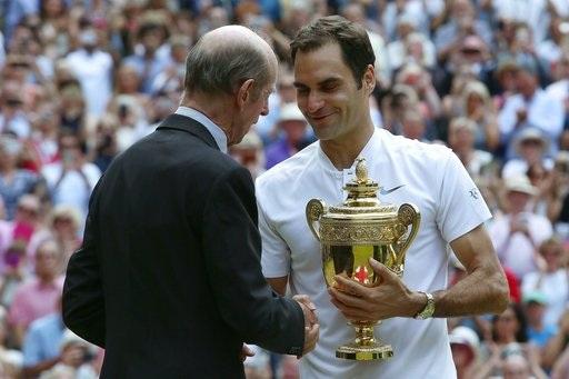 Federer (phải) bắt tay từ thành viên hoàng gia Anh - Thái tử Charles