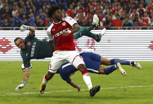 Arsenal (áo đỏ) và Chelsea (áo xanh) thi đấu giao hữu ở Bắc Kinh vào 22/7 vừa qua