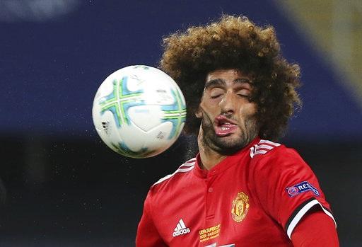Fellaini méo mặt vì dính quả sút của đối phương
