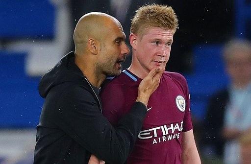 Guardiola (trái) đang giúp Man City thi đấu rất thăng hoa ở giai đoạn đầu mùa