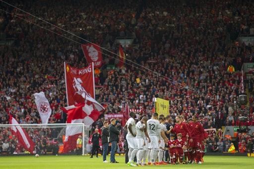 Cầu thủ hai đội bước ra sân Anfield