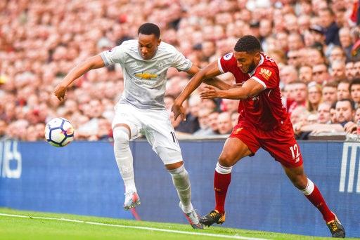 Martial (trái) tranh bóng với Gomez (phải)