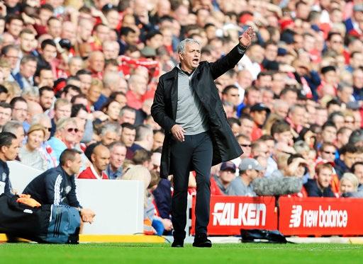 Mourinho chỉ đạo học trò trong chuyến làm khách tại Anfield