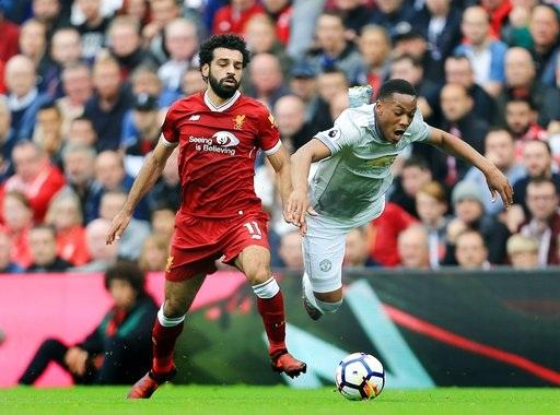 Martial (phải) thi đấu không thực sự ấn tượng dù không phải làm nhiệm vụ ở tuyển quốc gia
