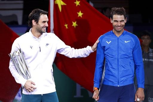 Federer (trái) và Nadal (phải) rất vui vẻ sau trận đấu dù giữa họ đã phân định ranh giới người thắng, kẻ bại