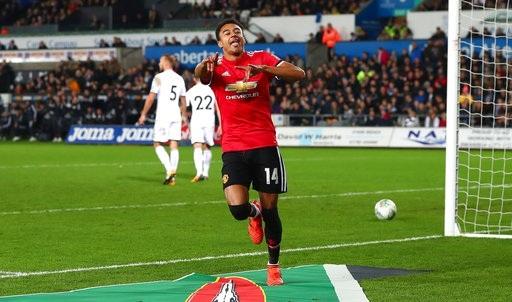 Lingard ăn mừng sau khi ghi bàn thứ hai vào lưới Swansea