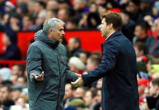 Mourinho (trái) và Pochettino (phải) có những tranh luận bên ngoài đường biên