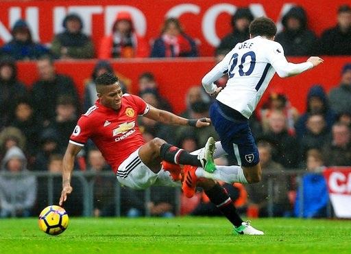 Valencia (trái) luôn thi đấu rất cần mẫn