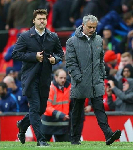 Pochettino và Mourinho bình thản đi cùng nhau sau trận đấu
