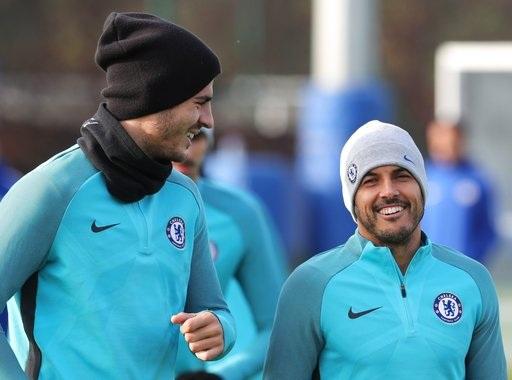 Morata (trái) và Pedro (phải) trên sân tập của Chelseat tại Cobham trước khi sang Roma