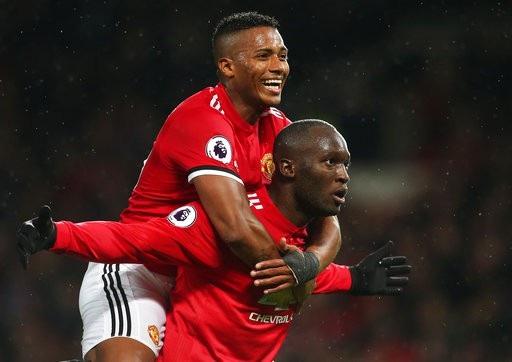Valencia (trái) chia vui với Lukaku (phải) sau khi tiền đạo người Bỉ ghi bàn