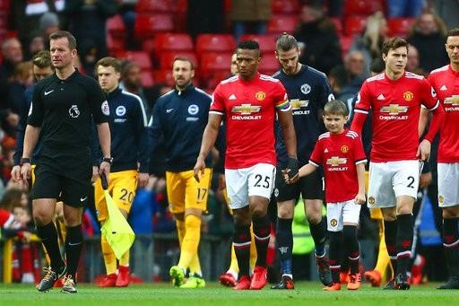 Cầu thủ hai đội ra sân chuẩn bị cho trận đấu thuộc vòng 13 Premier League