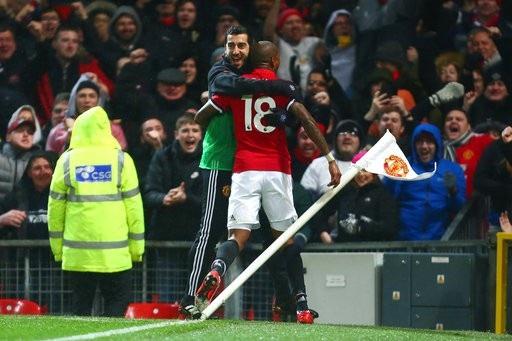 Young ăn mừng bàn thắng ở góc sân với Mkhitaryan