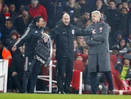 Arsenal của Wenger (trái) vừa thua MU vào cuối tuần qua