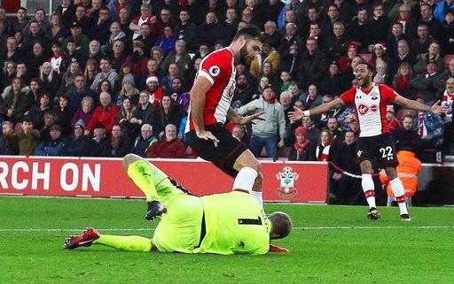Charlie Austin bị treo giò vì đá vào đầu thủ thành Jonas Lossl của Huddersfield ở trận đấu giữa tuần này