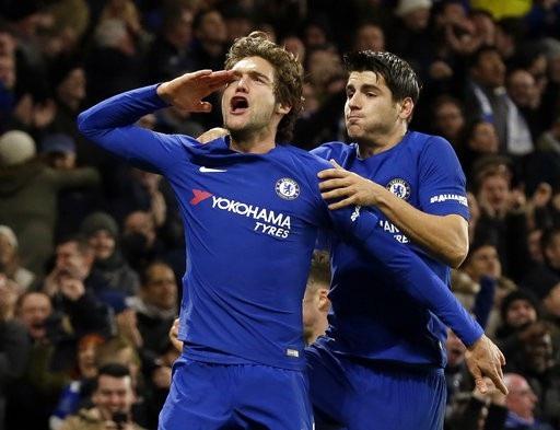 Alonso ăn mừng bàn thắng cùng Morata