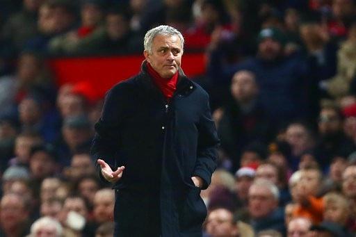 Mourinho khá buồn bã bên ngoài đường biên