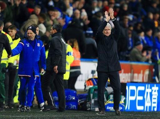 Mark Hughes đang chịu sức ép lớn do Stoke thi đấu thất thường