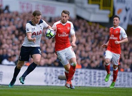 Vertongen (trái) tranh bóng với Ramsey (giữa) trong trận đấu giữa Tottenham và Arsenal hồi tháng 1 vừa qua