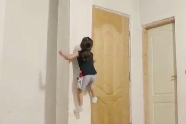 """Bé 3 tuổi tay không trèo tường như """"người nhện"""" - 1"""