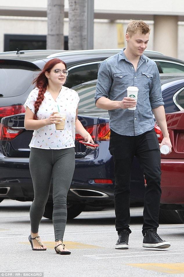 Ariel và bạn trai đi mua đồ uống sau khi rời phòng tập với nhau. Họ vừa có một kỳ nghỉ thú vị và lãng mạn bên nhau vào cuối tuần vừa rồi.