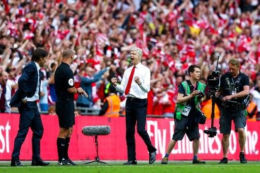 Niềm sung sướng của Wenger khi trọng tài kết thúc trận chung kết FA Cup. Arsenal thắng Chelsea 2-1.