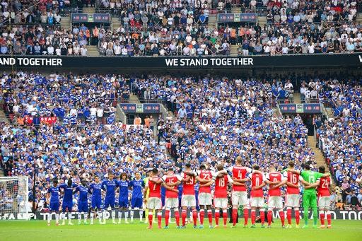 Cầu thủ hai đội thực hiện nghi lễ chào cờ và một phút mặc niệm cho nạn nhân của vụ đánh bom ở thành Manchester vừa qua